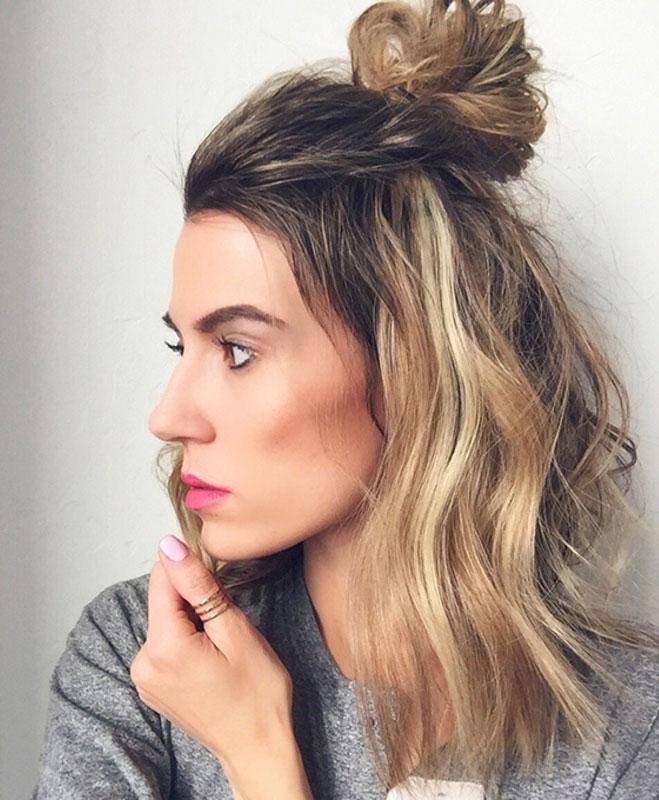 FRIZURA ZA 2 MINUTA: Visoka punđa i raspuštena kosa