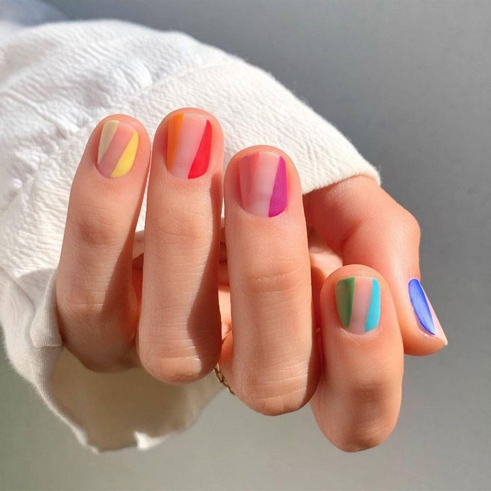 Minimalistički nokti u kombinaciji sa smelim bojama