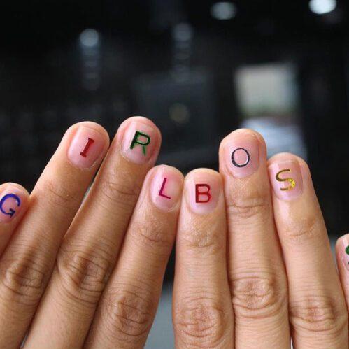 Ispisana slova na noktima
